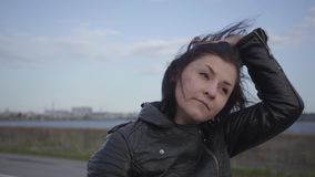 Die junge Frau, die den Motorradsturzhelm entfernt und die lächelnde Nahaufnahme der Kamera untersucht Hobby, reisend und stock video footage