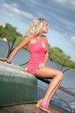 Die junge Frau in der rosafarbenen Kleidung. Lizenzfreie Stockbilder