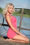 Die junge Frau in der rosafarbenen Kleidung. Lizenzfreie Stockfotos