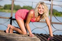 Die junge Frau in der rosafarbenen Kleidung. Stockfotografie