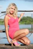 Die junge Frau in der rosafarbenen Kleidung. Lizenzfreies Stockfoto