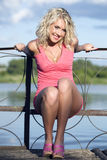 Die junge Frau in der rosafarbenen Kleidung. Lizenzfreies Stockbild