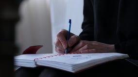 Die junge Frau des Sed, die auf einem Bett sitzt und schreibt in ihr Tagebuch jugendliche Erfahrungen 4K stock video footage