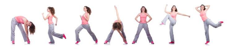 Die junge Frau, die Übungen auf Weiß tut Stockfotos