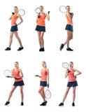 Die junge Frau, die das Tennis lokalisiert auf Weiß spielt Lizenzfreie Stockbilder