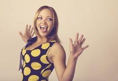 Die junge Frau, die ein lustiges Gesicht bildet, tonte in warmem Lizenzfreies Stockfoto