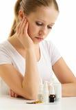 Die junge Frau, die Grippe hat, nimmt Pillen Stockfotos
