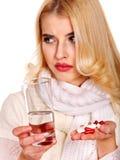 Die junge Frau, die Grippe hat, nimmt Pillen ein. Lizenzfreies Stockfoto