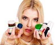 Die junge Frau, die Grippe hat, nimmt Pillen ein. Stockbilder