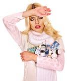 Die junge Frau, die Grippe hat, nimmt Pillen ein. Lizenzfreie Stockfotografie