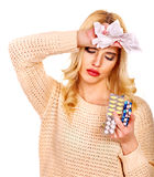 Die junge Frau, die Grippe hat, nimmt Pillen ein. Lizenzfreie Stockfotos