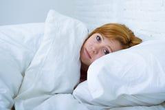 Die junge Frau, die in krankem unfähigem des Betts zu schlafen leiden liegt, drücken nieder Lizenzfreie Stockfotografie