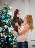 Die junge Frau, die mit kleinem Sohn spielt, kleidete im Affekostüm an Stockfotografie