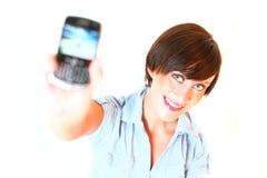 Die junge Frau, die Mobiltelefon zeigt, schnitt heraus Lizenzfreie Stockbilder