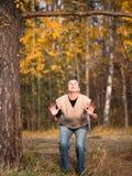 Die junge Frau, die oben der Niederlassung betrachtet und bereitet vor sich zu springen Stockbild