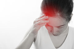 Die junge Frau, die starken Kopfschmerzen- und Notenkopf hat, lokalisierte Weiß Lizenzfreie Stockfotos