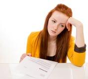 Die junge Frau, die traurig schaut, wurde von ihrem Job gefeuert Lizenzfreies Stockbild