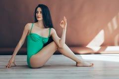 Die junge Frau, die Yoga asana halben Lord der Fische tut, werfen auf Lizenzfreie Stockfotografie