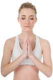 Die junge Frau, die Yoga, Meditation tut, Augen schloß Lizenzfreies Stockfoto