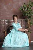 Die junge Frau in einem alten Kleid stockbilder