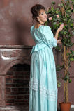 Die junge Frau in einem alten Kleid lizenzfreies stockfoto