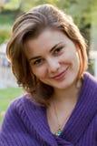 Die junge Frau geht in Herbst Lizenzfreie Stockbilder