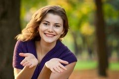 Die junge Frau geht in Herbst Stockbild