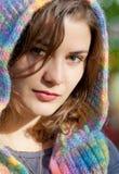 Die junge Frau geht in Herbst Stockfotografie