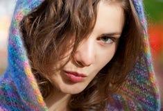 Die junge Frau geht in Herbst Lizenzfreie Stockfotos