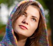 Die junge Frau geht in Herbst Stockbilder