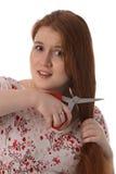 Die junge Frau hat Angst, Haar zu schneiden lizenzfreie stockfotos