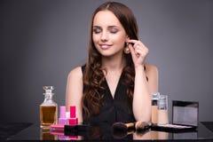 Die junge Frau im Schönheitsmake-upkonzept stockbilder