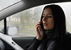 Die junge Frau ist im Auto Stockbilder