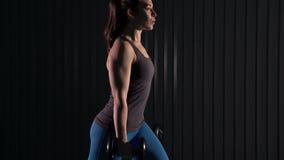 Die junge Frau, die Laufleinen tut, trainiert für Beinmuskeln stock footage