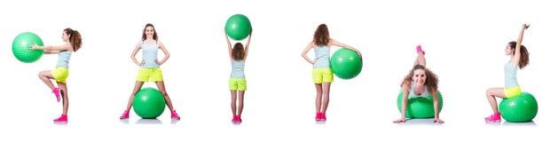 Die junge Frau mit Ball trainierend auf Weiß stockbilder