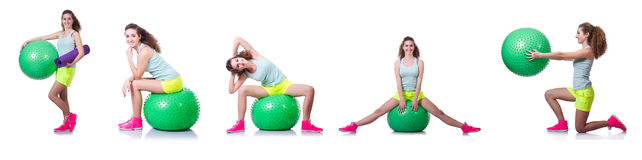 Die junge Frau mit Ball trainierend auf Weiß lizenzfreies stockfoto