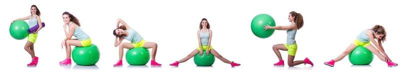Die junge Frau mit Ball trainierend auf Weiß stockfotos