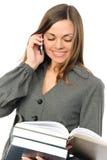 Die junge Frau mit dem Buch und dem Telefon Stockbilder