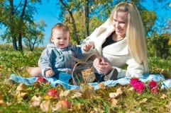 Die junge Frau mit dem Sohn auf Weg Lizenzfreie Stockfotografie