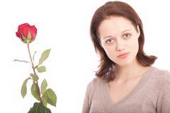 Die junge Frau mit einer Blume Stockfoto