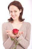 Die junge Frau mit einer Blume Lizenzfreie Stockfotografie