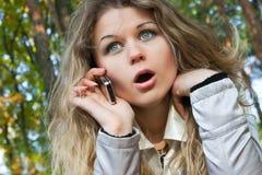 Die junge Frau mit Telefon im Park Lizenzfreies Stockbild