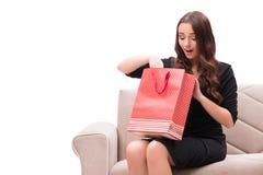 Die junge Frau nach dem Weihnachtseinkaufen Lizenzfreie Stockbilder