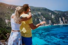 Die junge Frau Petani-Standpunkts, die ihren Freund schließt, mustert vor herrlichem Meerblickpanorama Türkis Petani-Strand lizenzfreie stockbilder