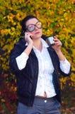 Die junge Frau spricht durch Telefon Lizenzfreie Stockfotografie