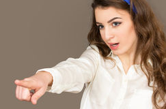 Die junge Frau zeigt einen Finger Stockfotografie