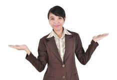 Die junge Geschäftsfrau, die mit ihren Armen lächelt, öffnen sich Stockfotos