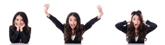 Die junge Geschäftsfrau, die am Schreibtisch auf Weiß sitzt Stockfotos