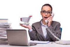 Die junge Geschäftsfrau im Büro lokalisiert auf Weiß Stockfoto