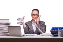 Die junge Geschäftsfrau im Büro lokalisiert auf Weiß Lizenzfreie Stockbilder